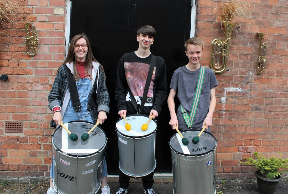 Members of Bloco Notto posing for a photograph with their instruments